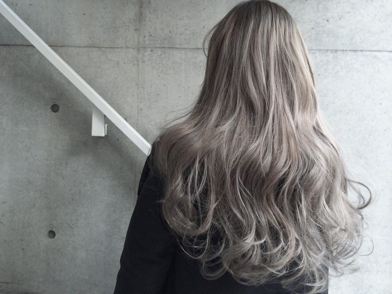 この冬の髪形はゆるウェーブと女っぽいグレージュカラーで  小林 亜美