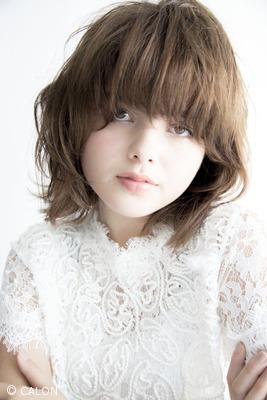 【フェミニンな雰囲気を湧き立てる。】曖昧な長さの前髪がポイントのミディアムスタイル