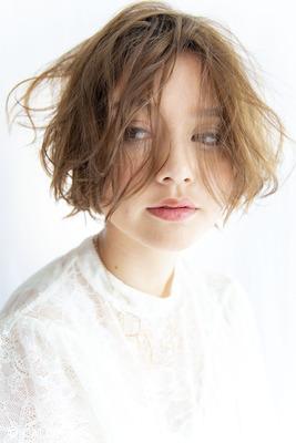 【リズミカルな毛束感】甘さを宿る表情が合間見るショートスタイル