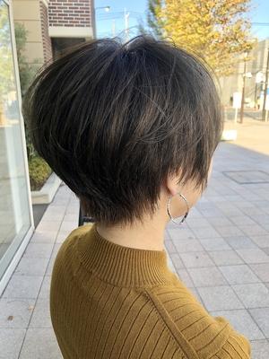 イルミナカラーの耳出しコンパクトショートヘア