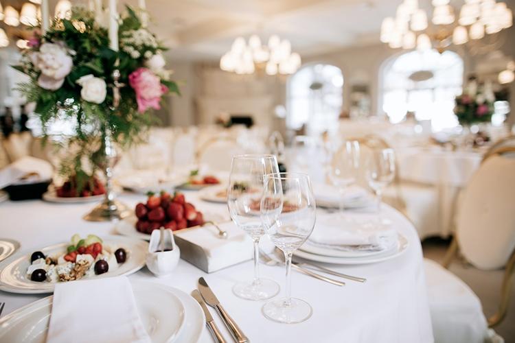 ホテルで結婚式をした人は18.9%!メリット&先輩カップルの声