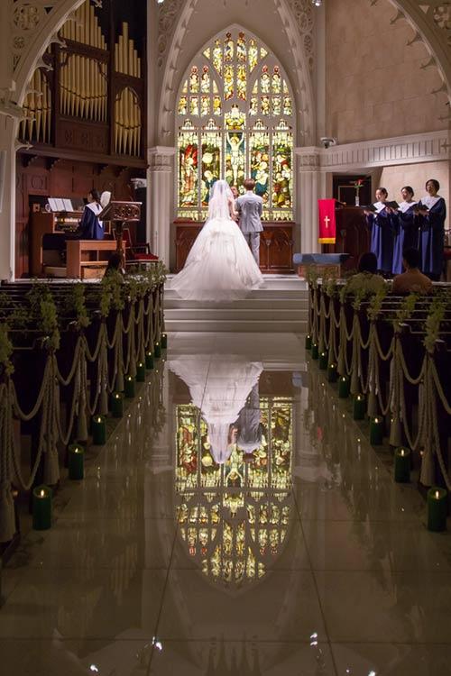 結婚式 モンテファーレ ステンドグラスが映るバージンロード
