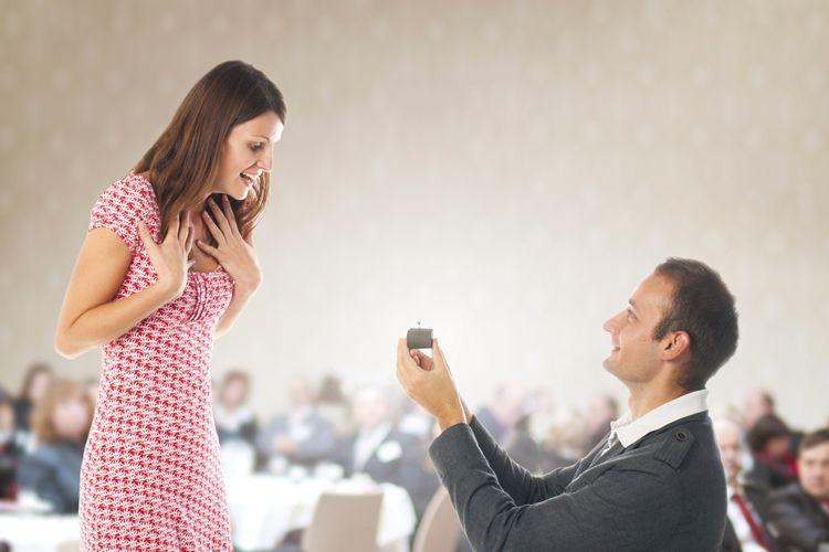 プロポーズ 婚約指輪を贈る