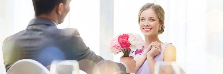 カップル 花束を贈る