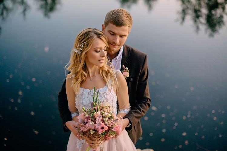 結婚式の費用は誰が負担する?先輩カップルの負担割合とその決め方