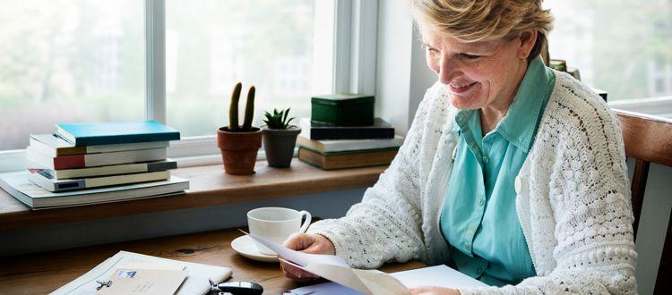 手紙を読む老婦人