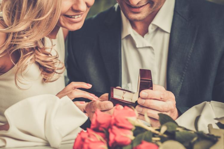 婚約指輪と結婚指輪の違いは?相場は?絶対失敗しない選び方4選