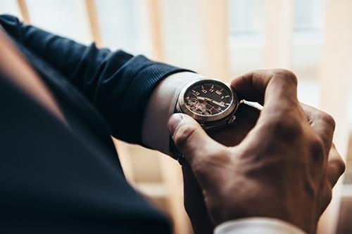 腕時計 男性 手元