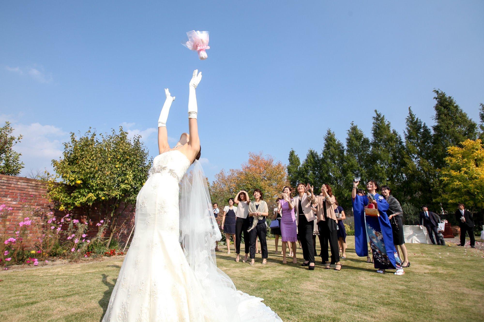 結婚式 ブーケトス 花嫁 新婦 未婚女性