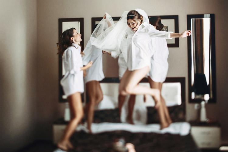 ウエディング ドレス かわいい 花嫁 はしゃぐ