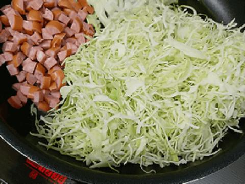 千切りキャベツ、玉ねぎ、肉類を炒めます