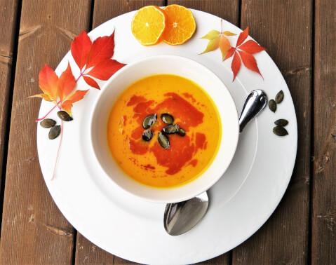 秋っぽい色のポタージュスープの写真