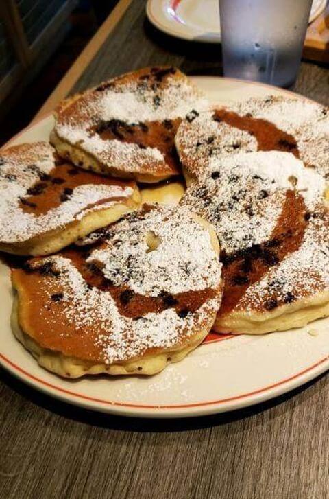 エッグスンシングス チョコレートチップのパンケーキ