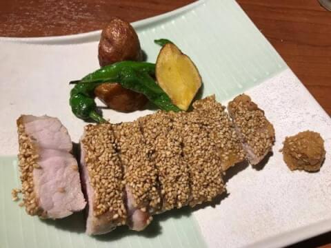 新宿 昼飲み ごまや おすすめ 人気 豚肉セサミ焼き