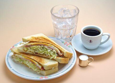 アイスコーヒーとサンドイッチ