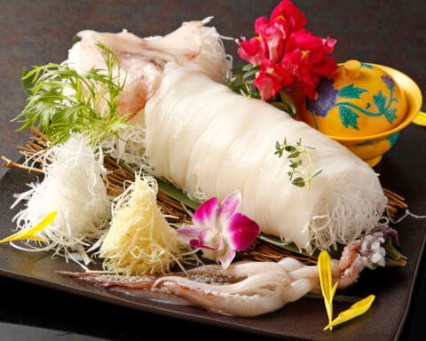 真イカの姿造り 肝の醤油漬け&ゲソの天麩羅付きの写真