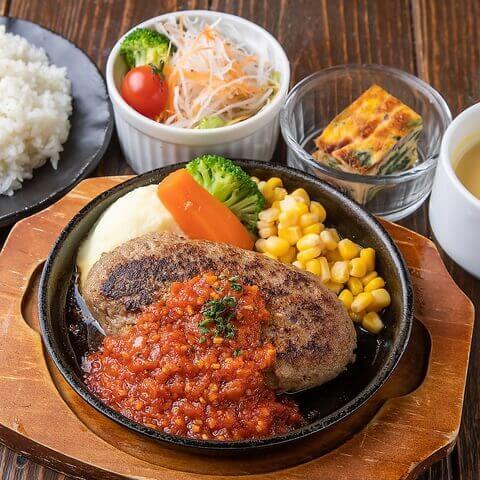 鉄板ハンバーグステーキ ガーリックトマトソースの写真