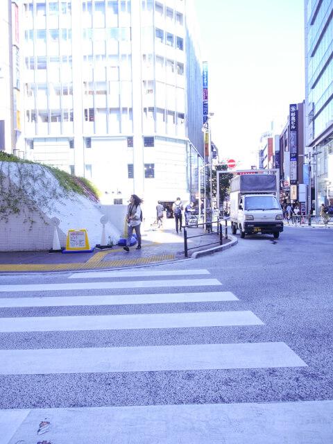 新宿中央通りの前の道路の写真