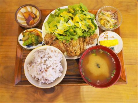 鶏肉甘辛バリバリ揚げ定食の写真