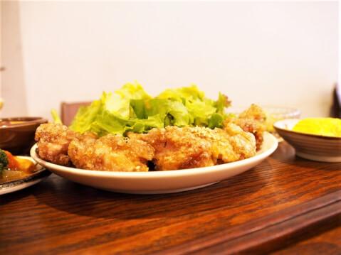 鶏肉の甘辛バリバリ揚げ定食の写真