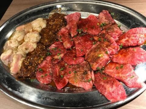 肉と日本酒の料理画像