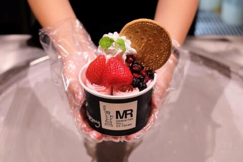 tokyo-sweets-manhattanrollicecream-berryandberry
