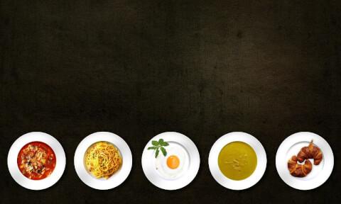いろんなジャンルの料理がテーブルに並んでいる画像