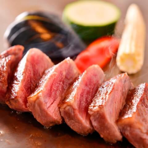 最高級A5ランク熟成肉ステーキと海鮮の一皿