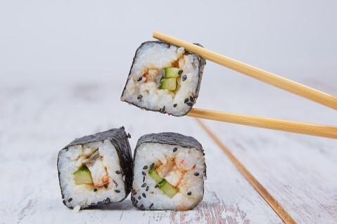 カットした巻き寿司を箸でつまんでいる画像
