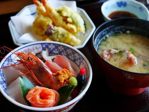 刺身、汁物、天ぷらが配膳された画像