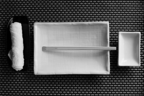 お箸やおしぼりなど和食に用いるアイテムが配置された画像