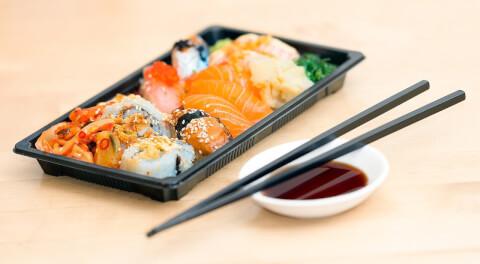 お寿司のセットの前に箸が置かれている画像