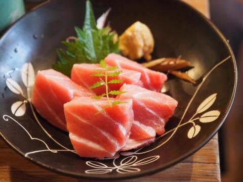 お椀に赤身魚のお刺身が盛られた画像
