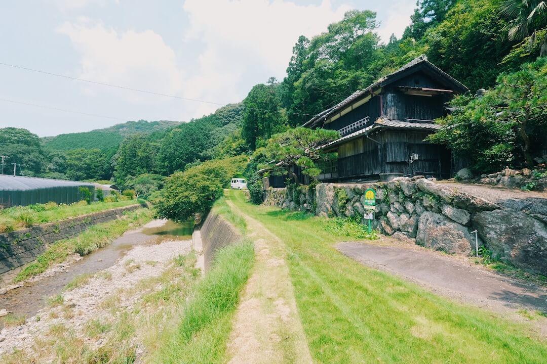 南伊勢町の静かな農村集落。映画のロケ地にもなった川沿いに佇む古民家で、憧れの田舎暮らし。