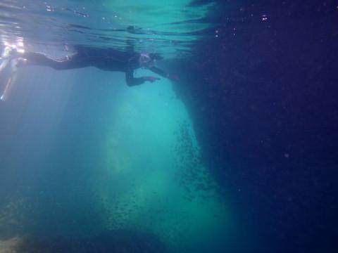 熊本県 天草市  無人島の洞窟探検 シュノーケリングコース 天草牛深の青い海!