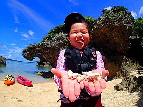 沖縄県 国頭郡恩納村【1歳~】断崖絶壁シーカヤック&サンゴ礁探検と貝殻拾い☆