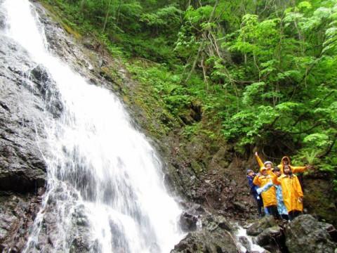北海道 日高町 【1組 2~6人様 限定】 日高山脈の清流とふたつの滝を楽しむ♪ ガイドウォーク