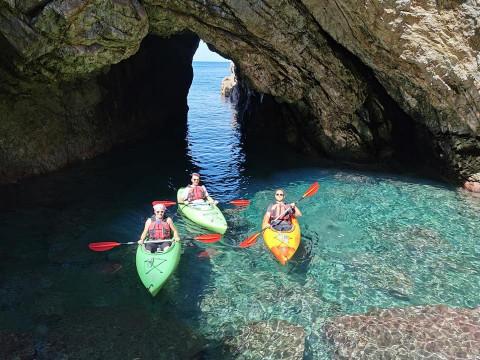 鳥取県 岩美町 【シーカヤック】☆ 秘密の洞窟コース! 美しい海へ大冒険に出かけよう♪ 大人数や初心者におススメ