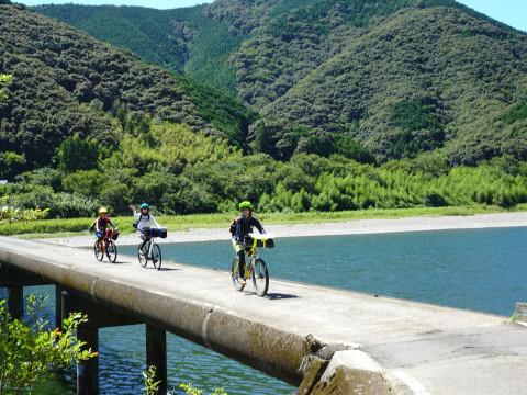 高知県 四万十市 <2人様限定プラン> 1日1組限定!サイクリングと四万十川をラフティングを同時に体験! バイクラフティングガイドツアー♪