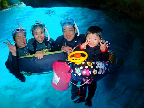 沖縄県 恩納村 【3歳~】お子様に大人気! カヤック&青の洞窟熱帯魚シュノーケル体験ツアー