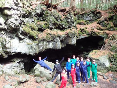 山梨県 鳴沢村【5人様以上】グループ&ファミリー割 ☆ 神秘の森 青木ヶ原の樹海と氷の洞窟探検ツアー ☆ 体験中の写真をプレゼント♪