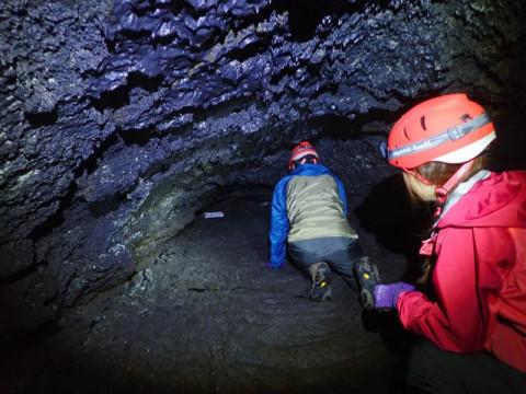 山梨県 鳴沢村 未知先案内ツアー ☆ 大噴火口3ヶ所 × 溶岩洞窟2ヶ所を巡る体験 ☆