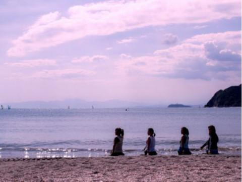 神奈川県 逗子市 ビーチヨガ体験 ☆ 波の音に癒されてリフレッシュ ♪ 都内から60分・1人様から参加OK