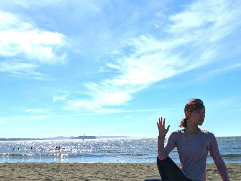 神奈川県 茅ヶ崎市【4人様限定】夕方5時 ☆ サンセットビーチヨガ体験(富士山+烏帽子岩+江ノ島)