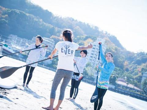 神奈川県 逗子市 ビーチヨガ&SUP(サップ)体験の体験ツアー ☆ 都内から60分・1人様から参加OK ♪