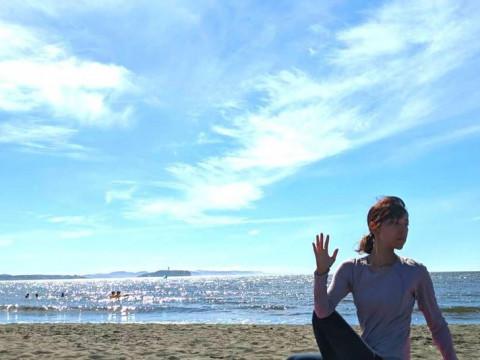 神奈川県 茅ヶ崎市【3人様限定】昼はぽかぽか ☆ ビーチヨガ体験(富士山+烏帽子岩+江ノ島)
