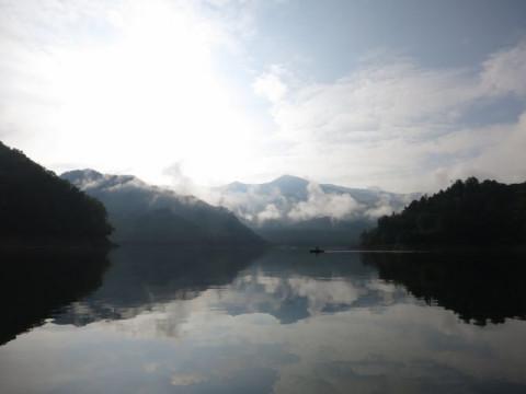 群馬県 みなかみ町【早朝カヌー体験】☆ 奈良俣湖が1日の中で最も美しい早朝にカヌーを楽しむ ♪