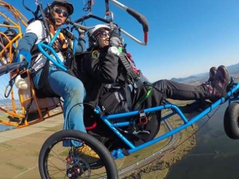 滋賀県 大津市【車椅子パラグライダー・モーターパラグライダ―】☆ 琵琶湖の大空を飛んで気分爽快! 空中での記念撮影付き♪