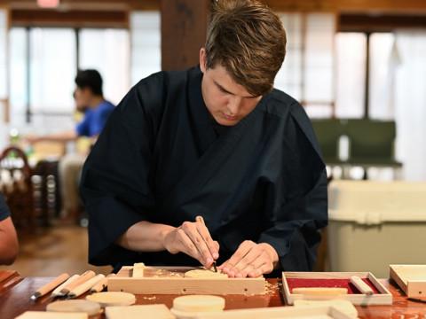 滋賀県 米原市【職人に学ぶ工芸体験】本格的な彫刻刀を使って作る ☆ 木のコースターづくり体験