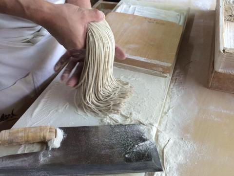 兵庫県 豊岡市 【そば打ち体験】 挽きたてのそば粉から作る!そば職人から学んで出石名物 そば作り・おそばと牛鉄板焼・山菜ご飯の食事付き